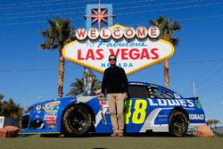 Jimmie Johnson, Hendrick Motorsports Chevrolet frente al anuncio de bienvenidos a Las Vegas