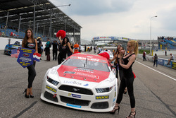 Gridgirls am Auto von  Borja Garcia, Racers Motorsport Ford