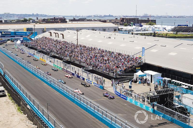 Sam Bird, DS Virgin Racing y Felix Rosenqvist, Mahindra Racing, se preparan para el inicio de la carrera desde la primera fila de la parrilla