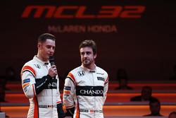 Stoffel Vandoorne et Fernando Alonso sur scène lors de la présentation de la McLaren MCL32