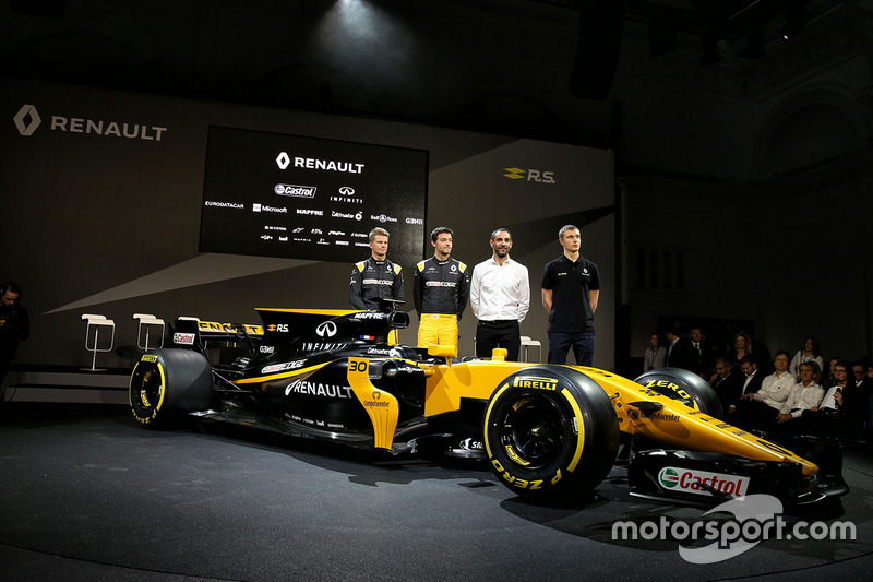 Die Renault-Fahrer mit der Teamleitung am Renault RS17