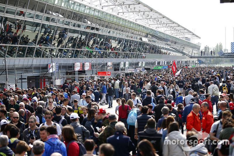 Fans in der Boxengasse von Monza