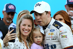 1. Brad Keselowski, Team Penske, Ford, mit Ehefrau Paige und Tochter Scarlett