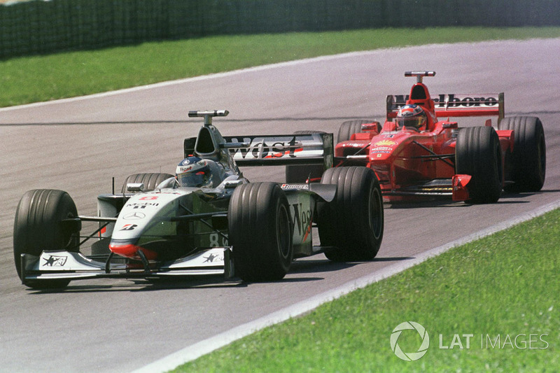 Mika Hakkinen, McLaren MP4/13 ve Michael Schumacher, Ferrari F300