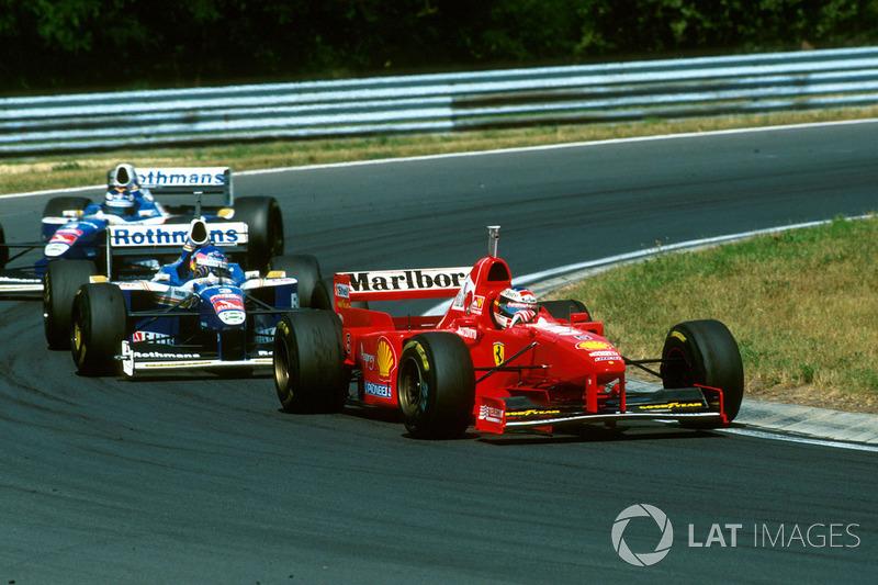 Michael Schumacher, Ferrari F310B lidera a Jacques Villeneuve, Williams