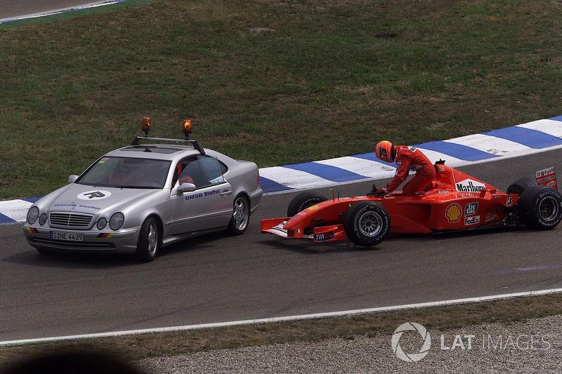 Michael Schumacher, Ferrari F2001, sale de su coche destrozado