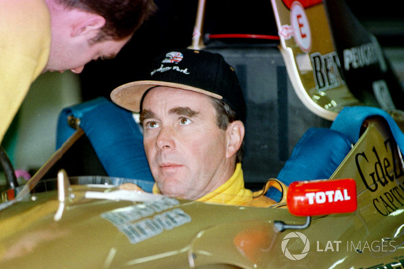 Nigel Mansell fuera de la cabina del Jordan Peugeot