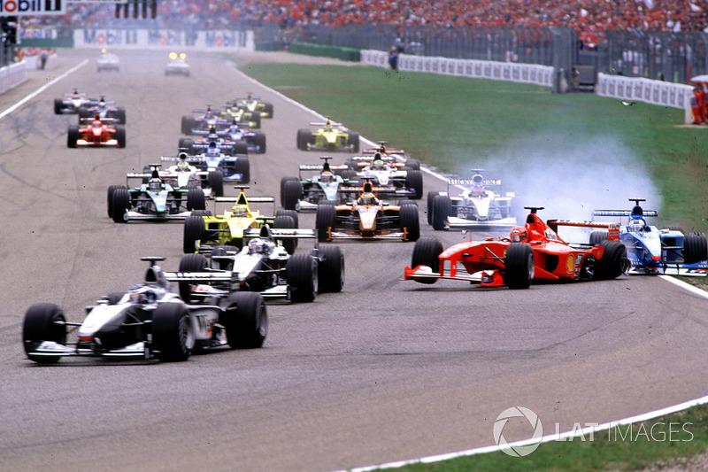 Arrancada: Choque de Michael Schumacher, Ferrari F1 2000 y Giancarlo Fisichella, Benetton Playlife B200