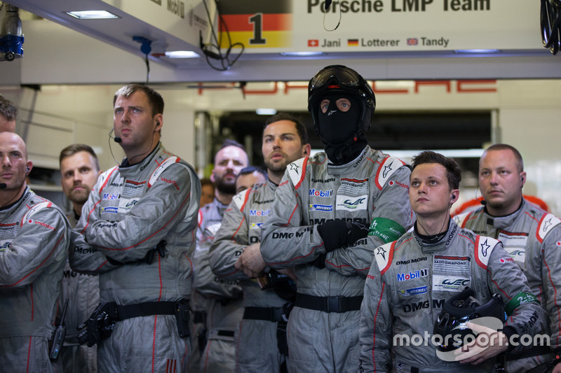 Já com o dia dando as caras novamente, a Porsche também não escapou: o #2 já havia entrado na garagem para reparos, mas a pouco menos de quatro horas do fim o #1, com 13 voltas de vantagem, abandonou.