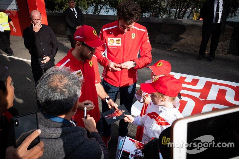 Sebastian Vettel, Ferrari, Mattia Binotto director de Ferrari firma autógrafos para los aficionados