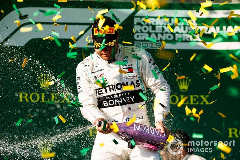 Valtteri Bottas, Mercedes AMG F1 festeggia sul podio con lo champagne