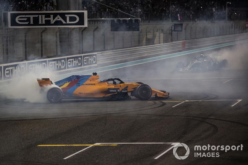 Fernando Alonso, McLaren MCL33 y Lewis Hamilton, Mercedes-AMG F1 W09 haen donas al final