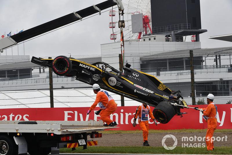 El coche chocado de Nico Hulkenberg, Renault Sport F1 Team R.S. 18 es removido