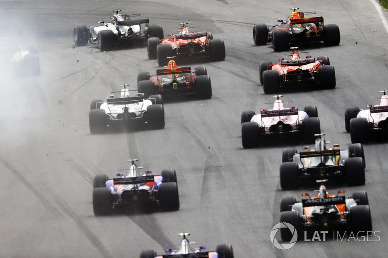 Льюіс Хемілтон, Mercedes AMG F1 W08, очолює пелотон