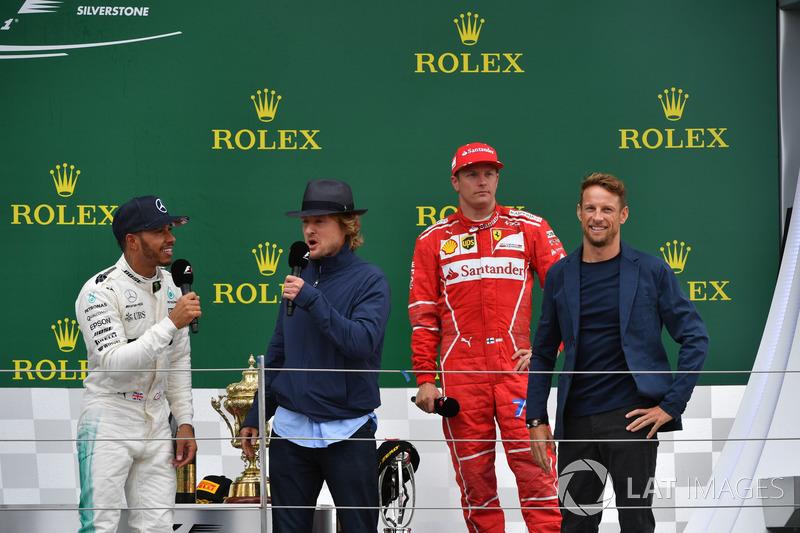 1. Lewis Hamilton, Mercedes AMG F1; 3. Kimi Raikkonen, Ferrari, mit Owen Wilson, Schauspieler, und J