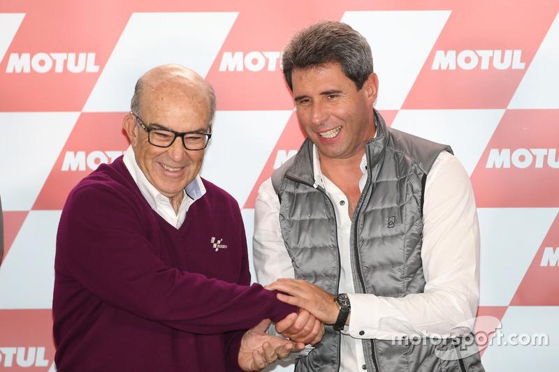 Carmelo Ezpeleta, CEO del Grupo Dorna, estrecha manos con Sergio Uñac, Gobernador de San Juan