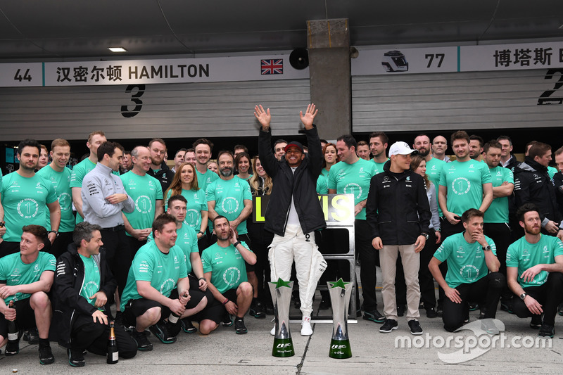 Race winner Lewis Hamilton, Mercedes AMG F1 celebrates with Valtteri Bottas, Mercedes AMG F1 and the team