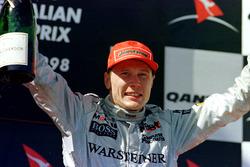 Podyum: yarış galibi Mika Hakkinen, McLaren Mercedes