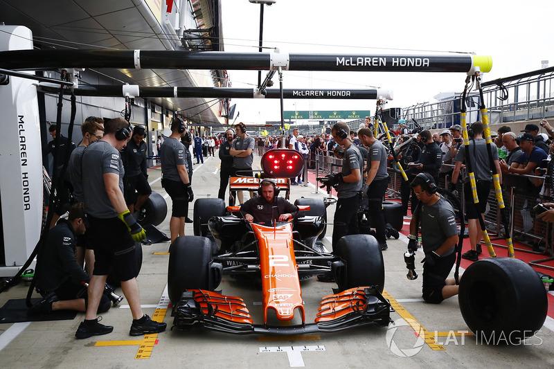 McLaren тренує піт-стопи