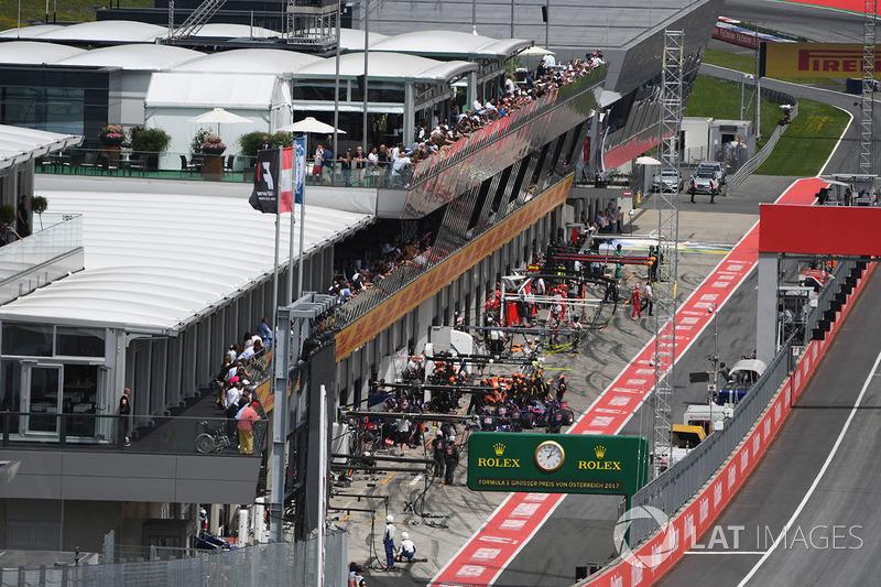 Daniil Kvyat, Scuderia Toro Rosso STR12 pit stop