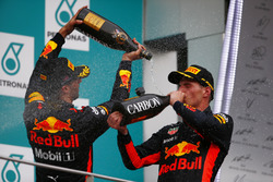 Podium : le vainqueur Max Verstappen, Red Bull Racing, le troisième, Daniel Ricciardo, Red Bull Racing, fêtent leur double podium