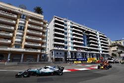 Валттери Боттас, Mercedes AMG F1 W08, и Макс Ферстаппен, Red Bull Racing RB13