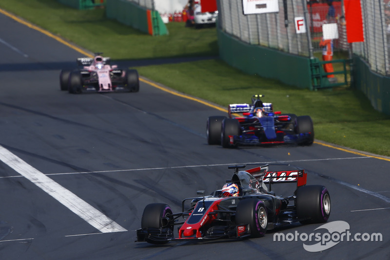 Romain Grosjean, Haas F1 Team VF-17, leads Carlos Sainz Jr., Scuderia Toro Rosso STR12, and Sergio Perez, Force India VJM10