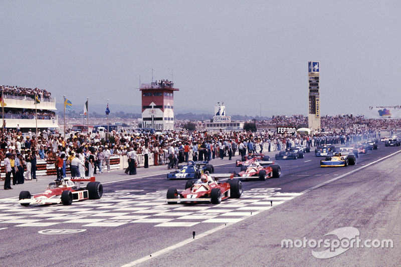 Départ : James Hunt, McLaren M23 Ford, devant Niki Lauda Ferrari 312T2