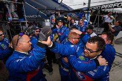 Miembros del equipo Chip Ganassi celebran su doblete