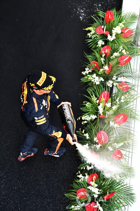 Race winner Daniel Ricciardo, Red Bull Racing celebrates on the podium with the champagne