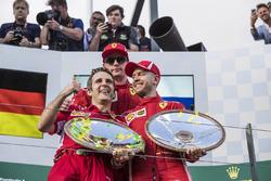 Podio: Inaki Rueda, estratega de carrera Ferrari, ganador de la carrera Sebastian Vettel, Ferrari y el tercer lugar Kimi Raikkonen, Ferrari