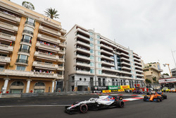 Sergey Sirotkin, Williams FW41, devant Stoffel Vandoorne, McLaren MCL33, Charles Leclerc, Sauber C37, Brendon Hartley, Toro Rosso STR13, et le reste du peloton