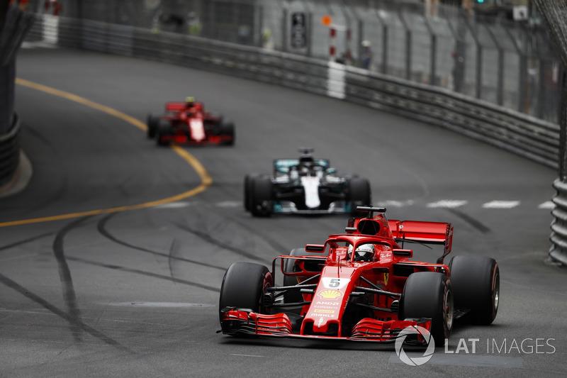 Sebastian Vettel, Ferrari SF71H, Lewis Hamilton, Mercedes AMG F1 W09 y Kimi Raikkonen, Ferrari SF71H