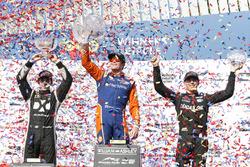 Winnaar Scott Dixon, Chip Ganassi Racing Honda, tweede plaats Simon Pagenaud, Team Penske Chevrolet, derde plaats Robert Wickens, Schmidt Peterson Motorsports Honda vieren feest