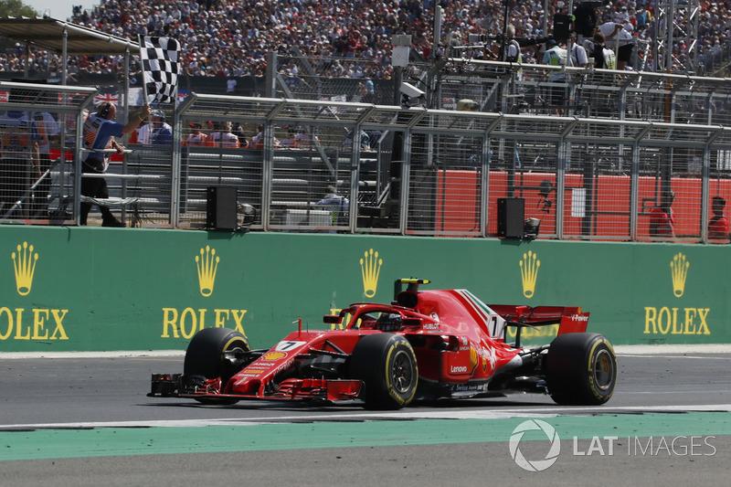 Kimi Raikkonen, Ferrari SF71H toma la bandera a cuadros