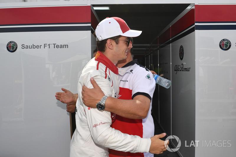 Charles Leclerc, Sauber, festeggia con il team