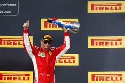 Kimi Raikkonen, Ferrari, 3° classificato, sul podio con il suo trofeo