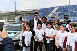 Toto Wolff, Director Ejecutivo, Mercedes AMG. con las chicas de Dare to be Different en pits