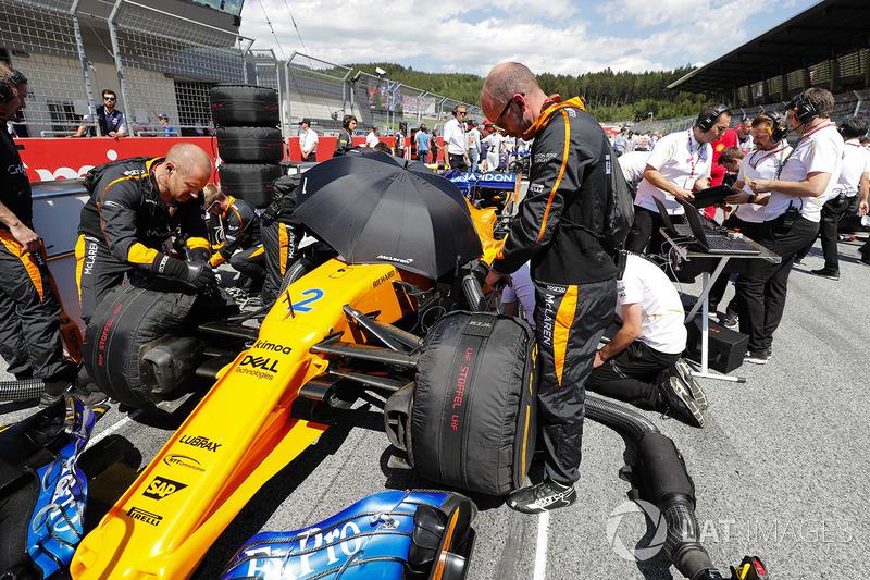 Des ingénieurs sur la grille avec Stoffel Vandoorne, McLaren MCL33