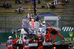 Oficiales de pista quitan los restos de las secuelas de un accidente de Daniil Kvyat, Red Bull Racin