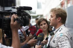 Ніко Росберг (Mercedes AMG F1) спілкується з представниками преси.