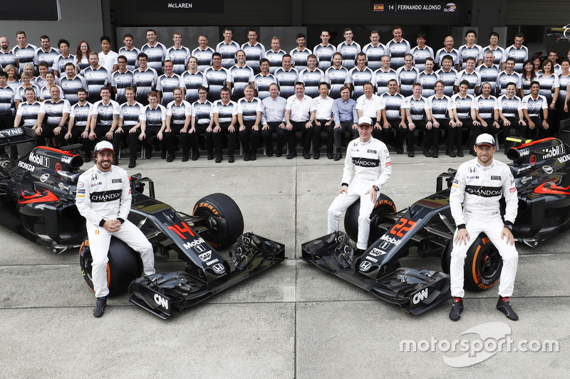 Gruppenfoto: Fernando Alonso, Stoffel Vandoorne und Jenson Button mit den McLaren MP4-31 Honda und dem Team