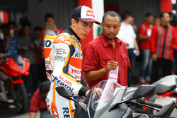 Marc Marquez mengamati All New Honda CBR250RR