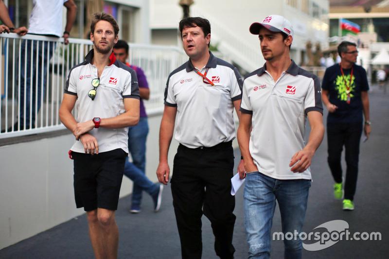 Romain Grosjean, Haas F1 Team con Dave O'Neill, Haas F1 Team Team Manager y Esteban Gutiérrez, Haas F1 Team