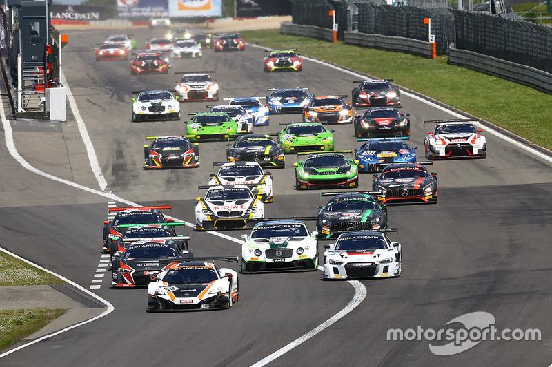 Partenza: #58 Garage 59 McLaren 650S GT3: Rob Bell, Alvaro Parente in testa