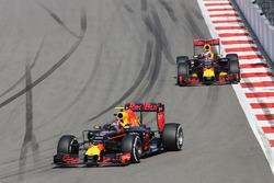 Даниил Квят, Red Bull Racing RB12 едет впереди Даниэля Риккардо, Red Bull Racing RB12