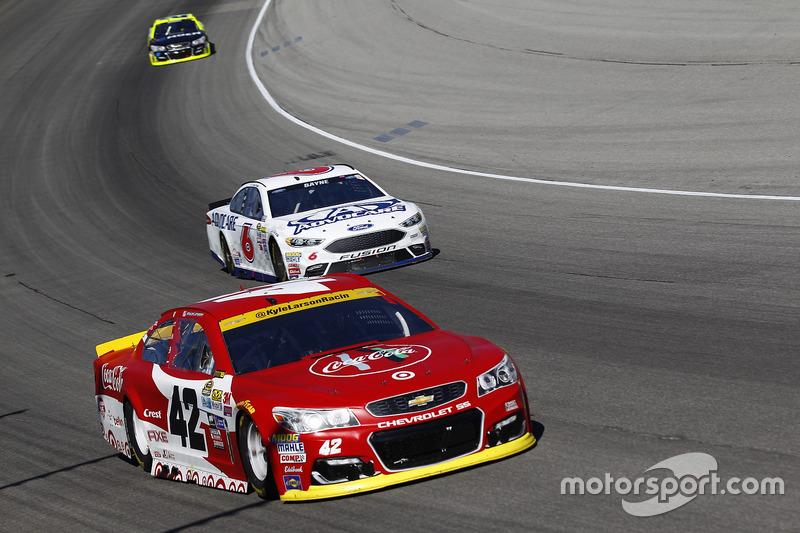 Kyle Larson, Chip Ganassi Racing Chevrolet, Trevor Bayne, Roush Fenway Racing Ford