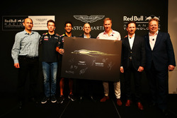 (L nach R) Ian Minards, Direktor Produktentwicklung Aston Martin; Daniil Kvyat, Daniel Ricciardo, Re