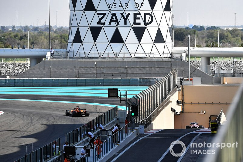 Carlos Sainz Jr., McLaren MCL33 e Lance Stroll, Racing Point Force India VJM11