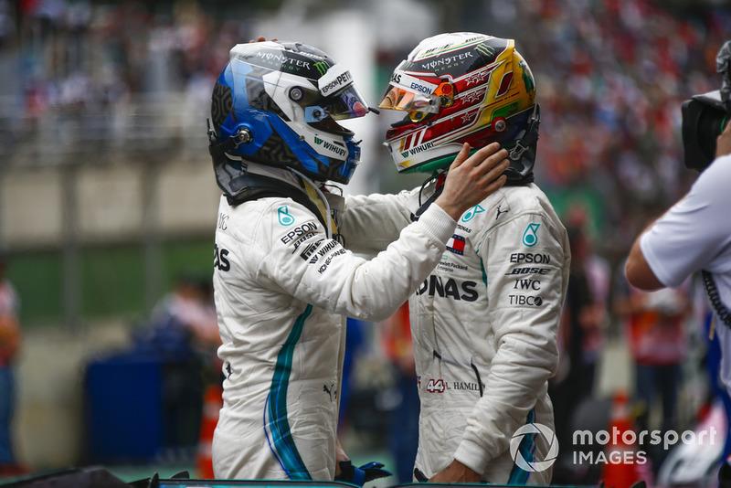 Lewis Hamilton, Mercedes AMG F1, fête sa victoire dans le Parc Fermé avec Valtteri Bottas, Mercedes AMG F1.